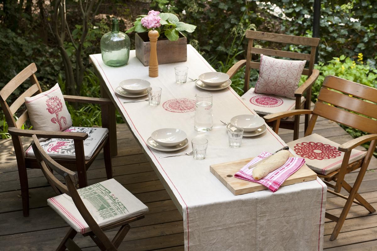 Tischdecke und Kissen, verschiedene Motive, im Siebdruck von Hand gedruckt